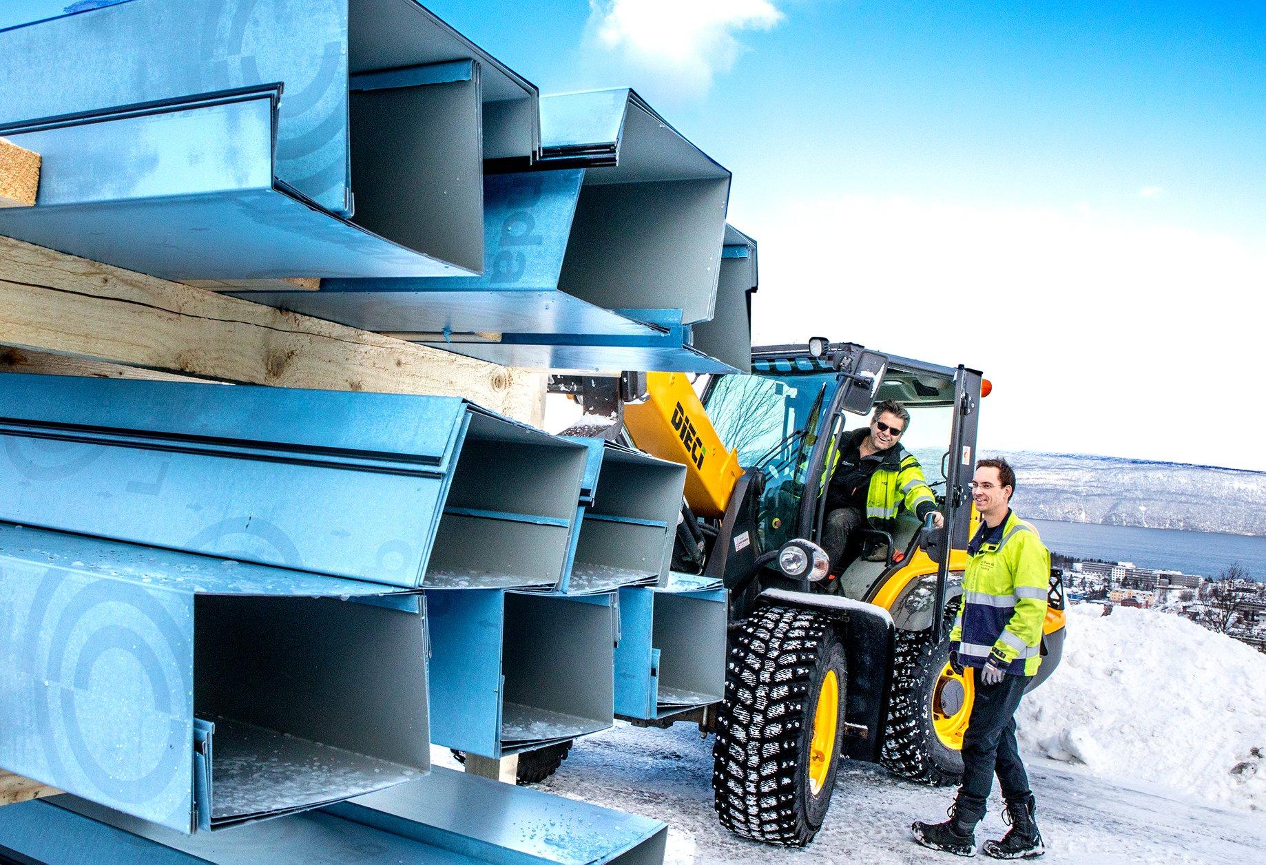 Narvik byggs Egil Eidstø hjelper til å plassere siste beslagleveranse. (Foto: Michael Ulriksen)