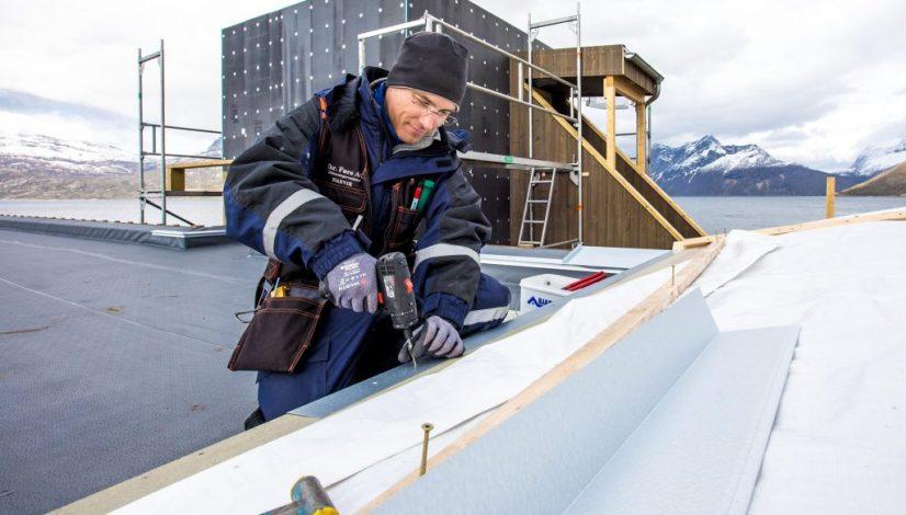 Blikkenslagermester Christian Eklo i arbeid i storslåtte omgivelser. (Foto: Michael Ulriksen)