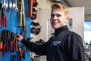 Blikkenslagerlærling Georg Birkelid Christiansen har god kontroll på håndverktøy.